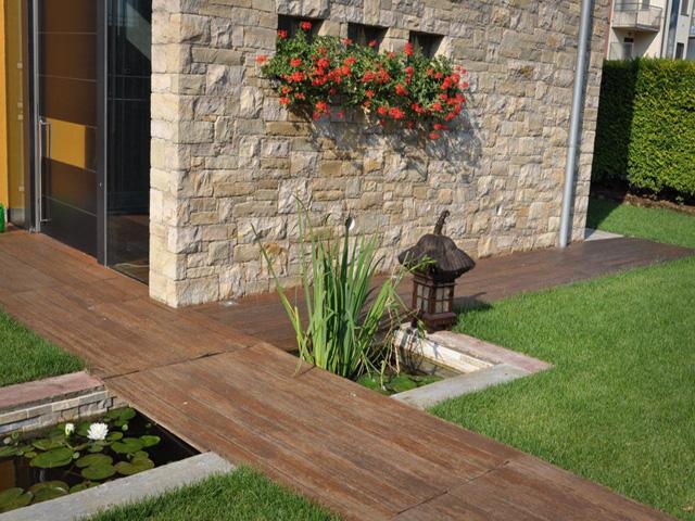Giardino con vasca d 39 acqua progettazione giardini - Scivoli in legno per giardini ...