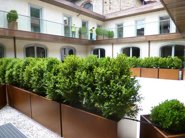 Allestimento spazi esterni hotel relais san lorenzo bg for Fioriere arredo urbano
