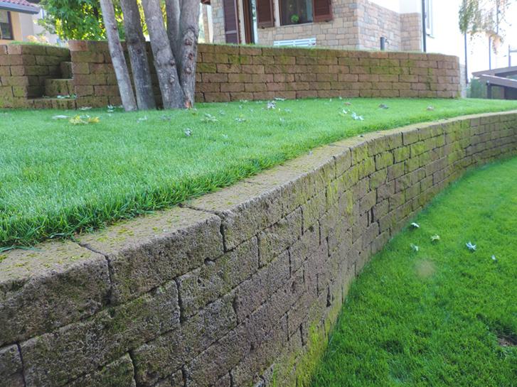 Giardino con terrazzamenti in tufo progettazione giardini - Muretti da giardino ...