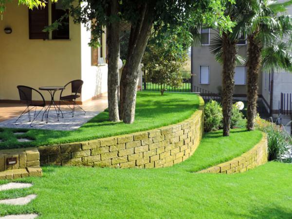 Realizzazione giardini foto e progetti dei lavori realizzati for Giardini in villette