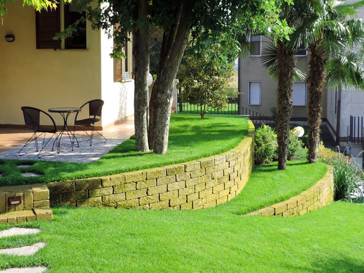 Giardino con terrazzamenti in tufo progettazione giardini for Progettazione giardini siena