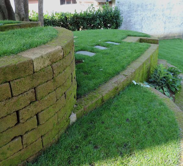 Giardino con terrazzamenti in tufo progettazione giardini for Progettazione giardini cremona