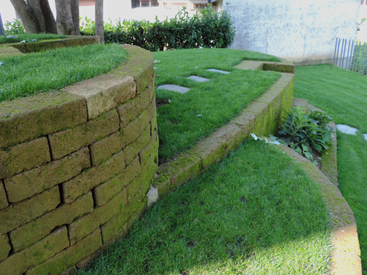 Giardino con terrazzamenti in tufo progettazione giardini for Progetto aiuole per giardino