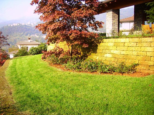 Giardino con muretti in tufo progettazione giardini - Muretti in pietra giardino ...