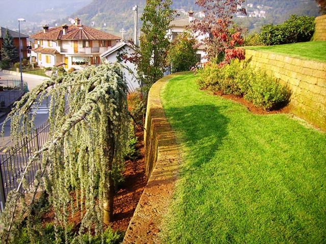 Giardino con muretti in tufo progettazione giardini - Muretti per giardino ...