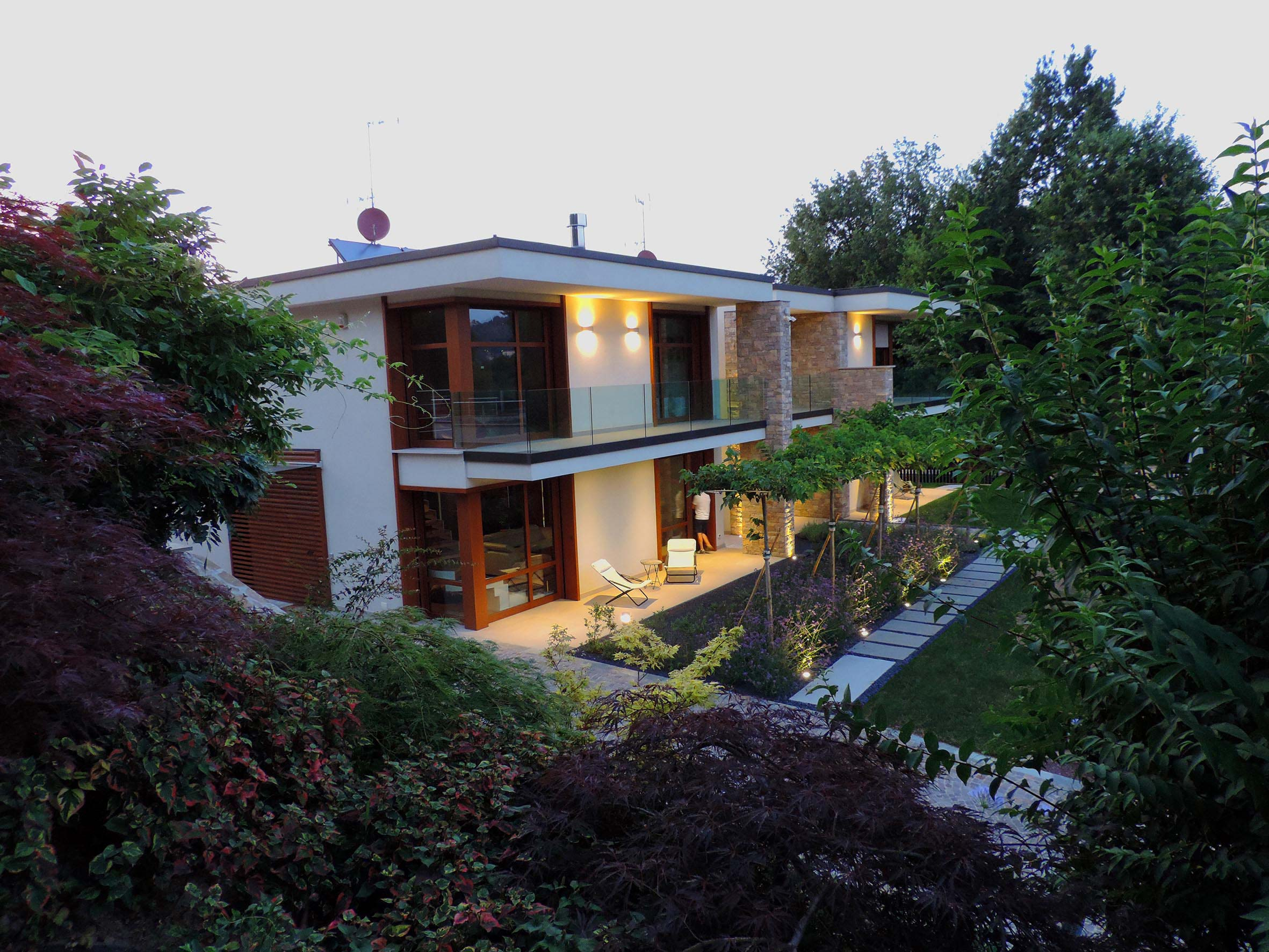 Progettazione e realizzazione giardino villa nel bosco - Giardini villette private ...