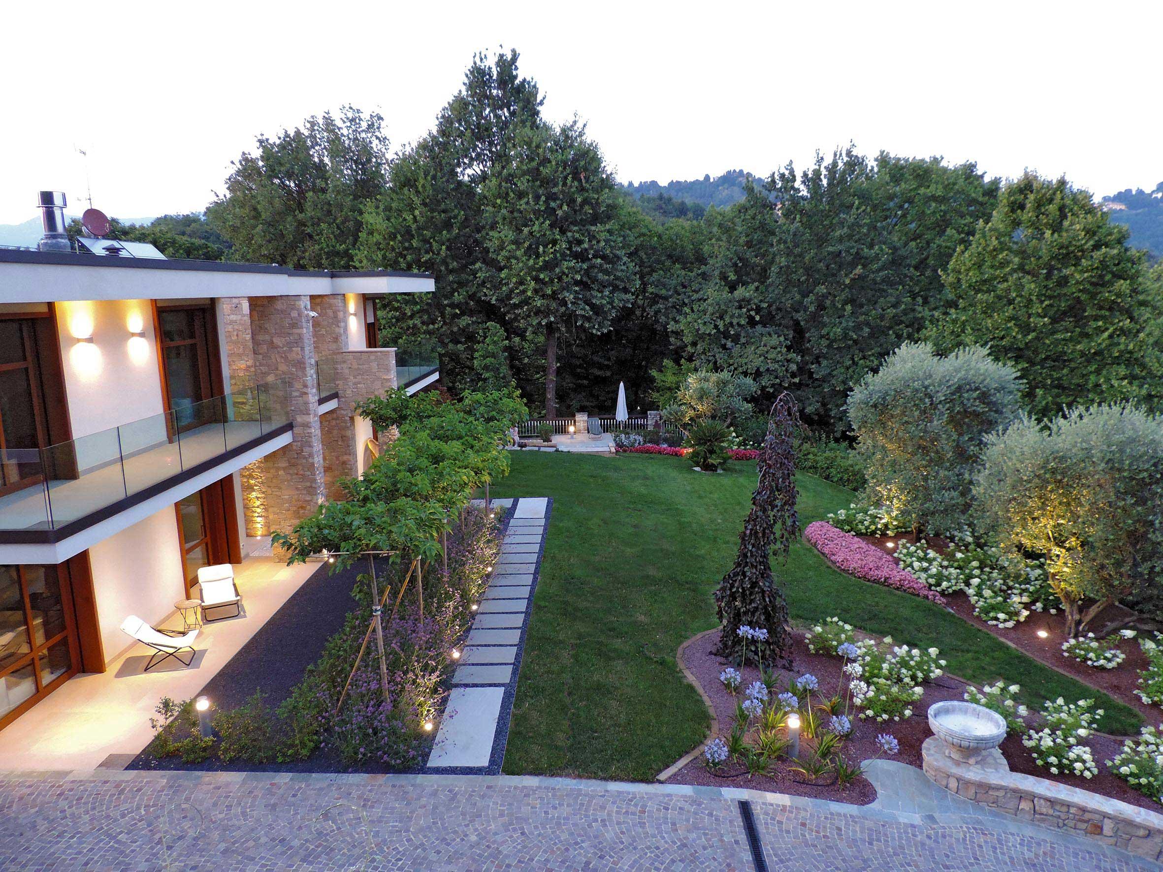Progettazione e realizzazione giardino villa nel bosco for Arredo ville e giardini