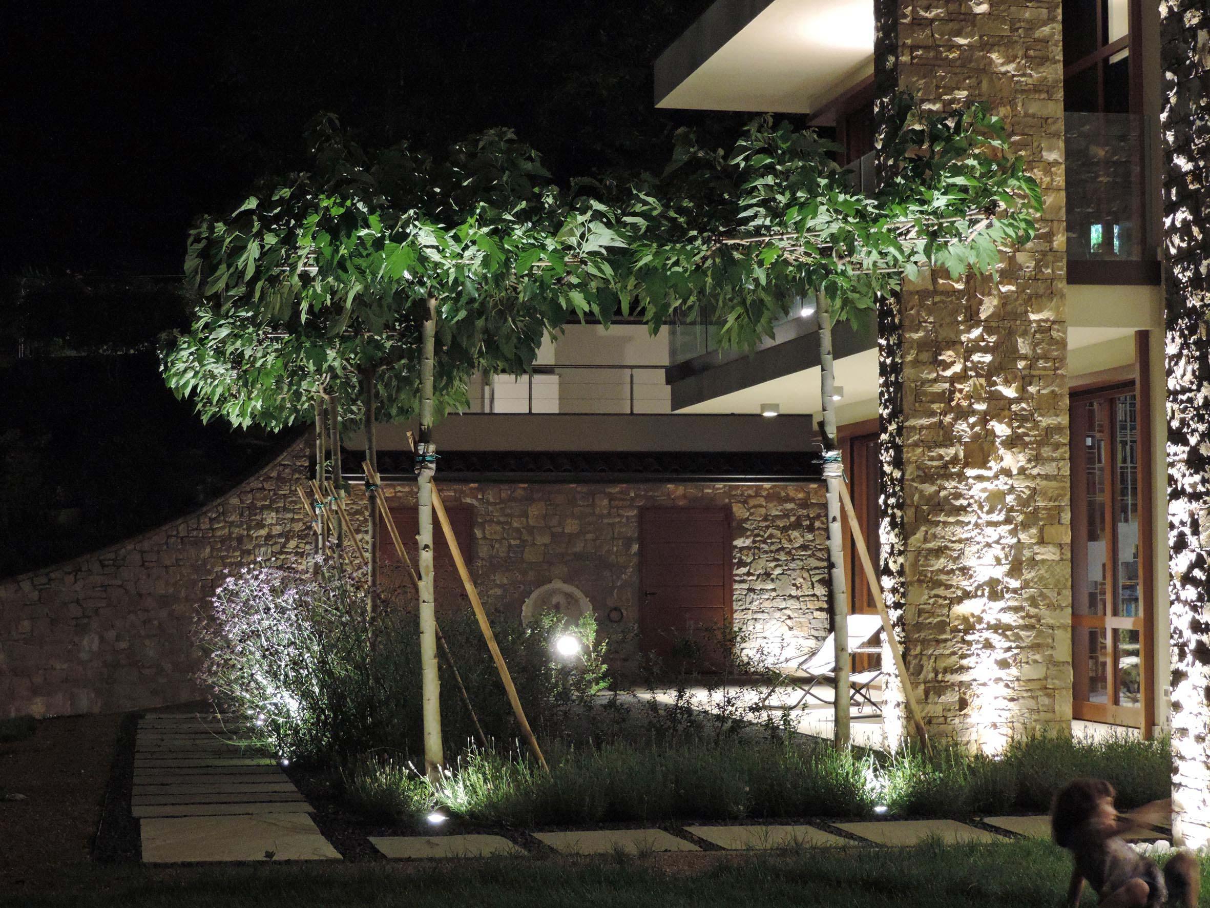 Progettazione e realizzazione giardino villa nel bosco for Esterni di ville